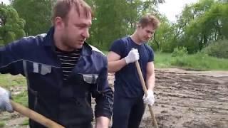 Заводская молодежь вышла на берег омских озер