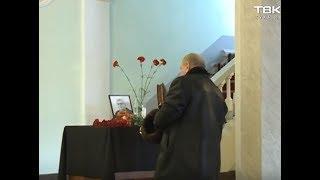 Красноярцы второй день несут цветы в Заксобрание, где работал Алексей Клешко