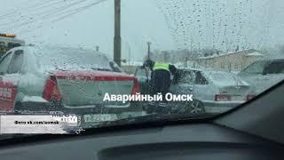 Полицейские сняли на видео водителя, который бился головой о капот