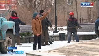 В Бийске устанавливают новогоднюю ель на площади у Дворца культуры олеумного завода