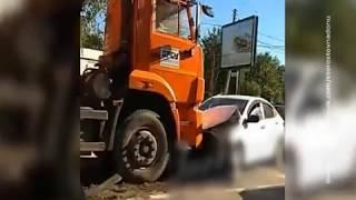 На Текучева в Ростове столкнулись КамАЗ и легковушка