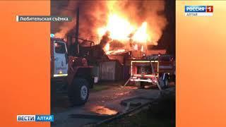 Сильный пожар произошёл ночью в Барнауле