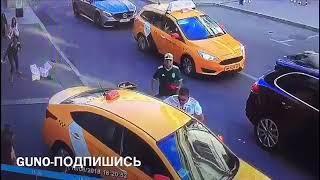Таксист въехал в толпу иностранных болельщиков на Ильинке