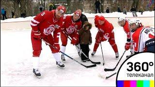 Известные игроки ХК «Витязь» сыграли в дворовый хоккей в Подольске