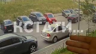 Безграничное вождение - выезжая с парковки авто-леди разбила все соседние автомобили