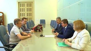 Губернатор Андрей Бочаров поздравил дирижера Андрея Аниханова с 30-летием творческой деятельности