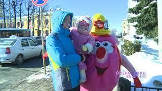 Нюша переводила детей через дорогу в центре Ярославля