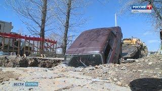 В Закамске автомобиль провалился в яму