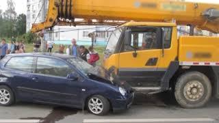 В Ярославле легковушка влетела под автокран