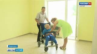 В Алтайском крае семьям с детьми-инвалидами начали вручать ключи от новых квартир