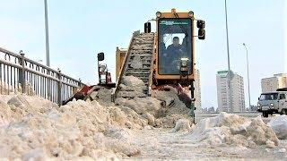 «Баба-яга» убирает снег с улиц Ханты-Мансийска