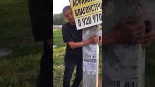 """В Пятигорске неадекватный мужчина пытался удержать """"спящий"""" столб"""
