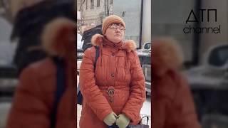 В Воронеже женщина перекрыла дорогу