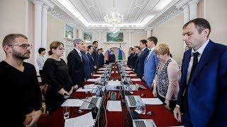 Правительство Югры почтило память погибших в керченском колледже