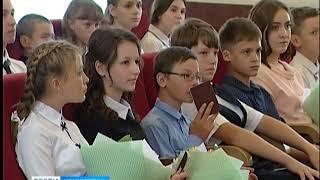 Лучшие школьники края получили паспорта из рук Александра Усса