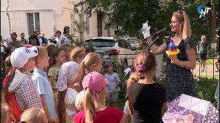 Во дворе одного из домов на улице Новолучанская прошел концерт «Крылатые качели»