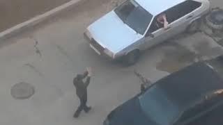 Танцпол на колёсах: в Пятигорске молодой человек зажёг на капоте авто