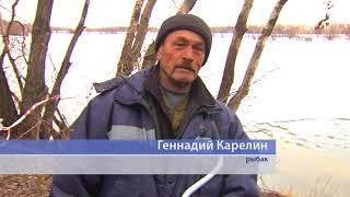 Рыбаки продолжают удить рыбу на Иртыше, несмотря на большой риск