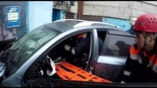 В Ярославле пострадавшего в ДТП пассажира пришлось извлекать из автомобиля с помощью спецтехники