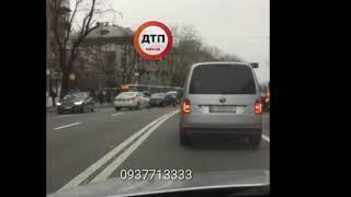 ДТП в Киеве на Воздухофлотском проспекте, левый поворот на Фучика, без пострадавших, пробка от Черно