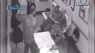 В Кургане сняли нападение мужчины с топором на полицейских