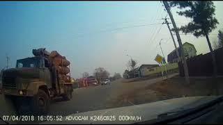 В рубашке родился: в Арсеньеве водителя едва не убило бревном с лесовоза
