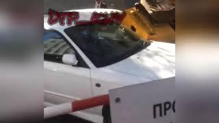 Хабаровск каток упал на машину
