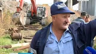 В Красноярске на набережной начали сносить незаконные гаражи и бани