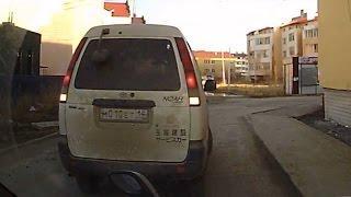 Женщина на автомашине Toyota Noah чуть не врезалась в меня. Якутск.