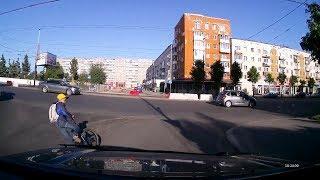 Мальчик на велосипеде упал под колёса автомобиля