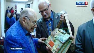 В благодарность за юмор: новосибирцы подарили Михаилу Жванецкому керамический портфель