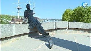 Памятник туристке на набережной Александра Невского получит новую туфельку