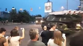 """Танк чуть не задавил человека перед ДТП с """"Буком"""" в Киеве"""