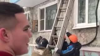 В Петропавловске спасатели сняли подростка с карниза третьего этажа