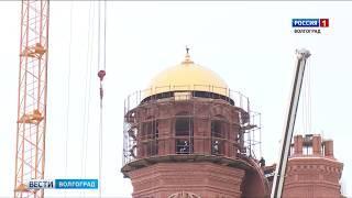 В Волгограде подняли купол на звонницу Александро-Невского собора