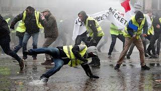 Париж: баррикады, водометы и слезоточивый газ