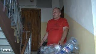 Жильцы пятиэтажки остались без воды из-за аварии в квартире, хозяйку которой не могут найти