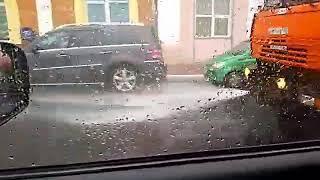 В Нижнем Новгороде в дождь моют улицы