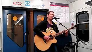 Виталий Шаманов играет в электричке