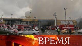 В Санкт-Петербурге спасатели около 10 часов тушили пожар в гипермаркете «Лента».