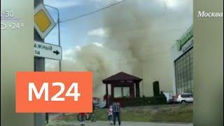 Крыша торгового павильона вспыхнула в Мытищах - Москва 24