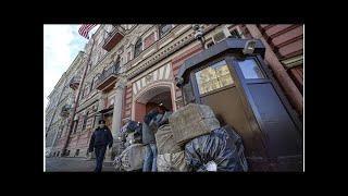 Сотрудник консульства США в Петербурге показал журналистам средний палец