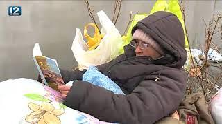 В Омске возле одной из теплотрасс поселилась упивающаяся книгами бродяга
