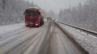 На «тещином языке» в Башкирии из-за снегопада скопилось около 40 фур