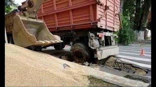 В Армавире под зерновозом провалился асфальт