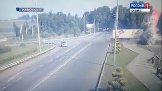 Груженая водкой фура врезалась в стелу «Новокузнецк»: водитель погиб