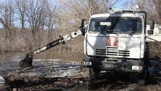 В Волгоградской области спасатели расчищают путь паводку