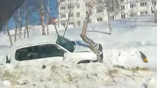 Suzuki Escudo врезался в дерево в Корсакове
