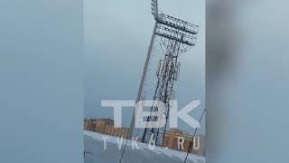 Качаются от ветра опоры освещения и остановки Красноярск
