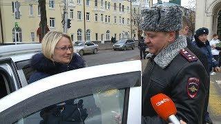 В Ставрополе автоинспекторы поздравили женщин-водителей.